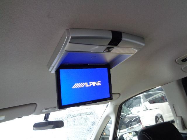 フリップダウンモニター付きでフロントはナビ/リアはTVと使い分けが出来ます!