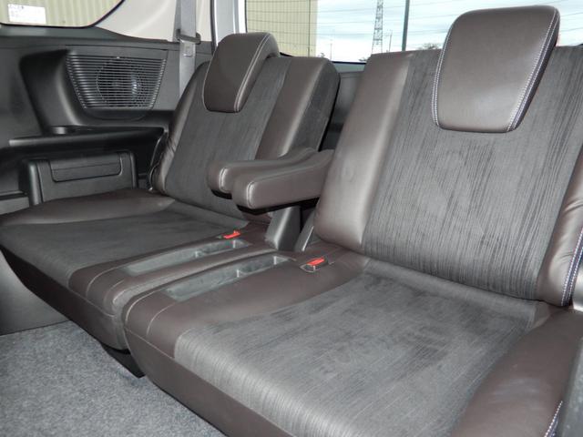 3列目シートも足元ゆったり、しっかりと座れるスペースが確保されています。大人数での移動が可能ですので、お盆やお正月などご家族が集まる際も、わざわざ何台も車を出す必要がなく便利にご利用いただけます。