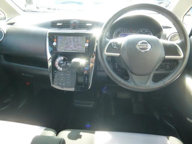 ベンチシートで快適な運転席。フロントガラスはUVカットガラスなので夏も快適です。