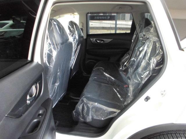 後席シートも広々。座面も厚く快適にお過ごしいただけます。