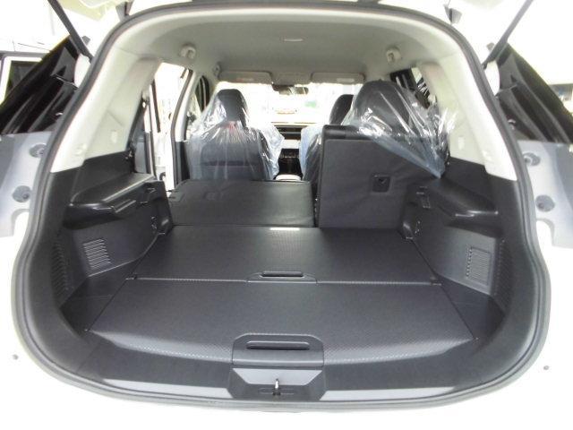 後席「6:4分割」収納シートで「人+荷物」の際にも便利です。