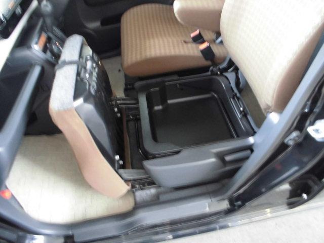 助手席座面を引き起こせば「シートアンダーボックス」が、買い物荷物もここに置けばずり落ちません。