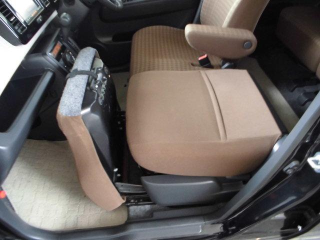 助手席の背もたれを前倒しすれば後席もみやすいです。お子様を乗せたときなどに便利。