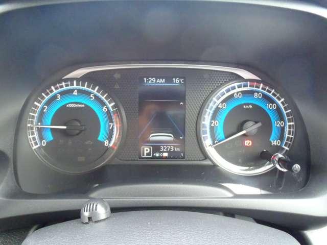 メーター内のカラーディスプレイには運転をサポートするさまざまな情報を表示!瞬間燃費、タイヤアングルガイド、記念日設定などが表示できます。