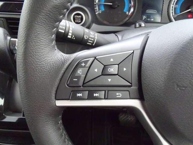 ハンドルから手を放さず、ステアリングスイチでオーディオなどの操作ができて便利です。メーターディスプレイの表示もこのスイッチで変更します。