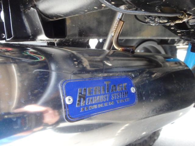 誇らし気に輝くエンブレムはJIMKENTACオリジナルエキゾーストシステム「ヘリテージ」