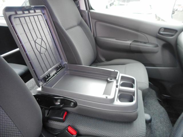 アームレストが付いていると運転する際も楽ですよ♪小物入れも付いてます★付いていると嬉しい機能の1つです☆