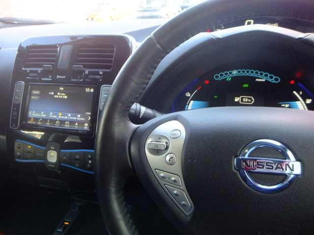 運転者が手元でオーディオのコントロールができる便利なステアリングスイッチです。