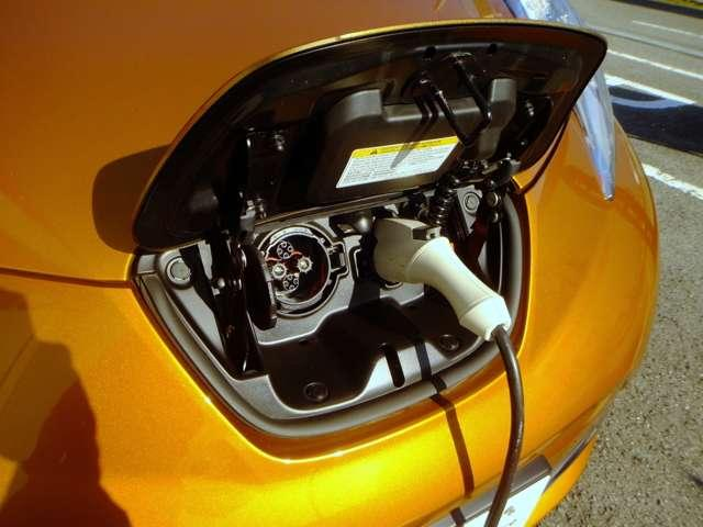 充電ポート(普通充電と急速充電の2つのポートがあります。)