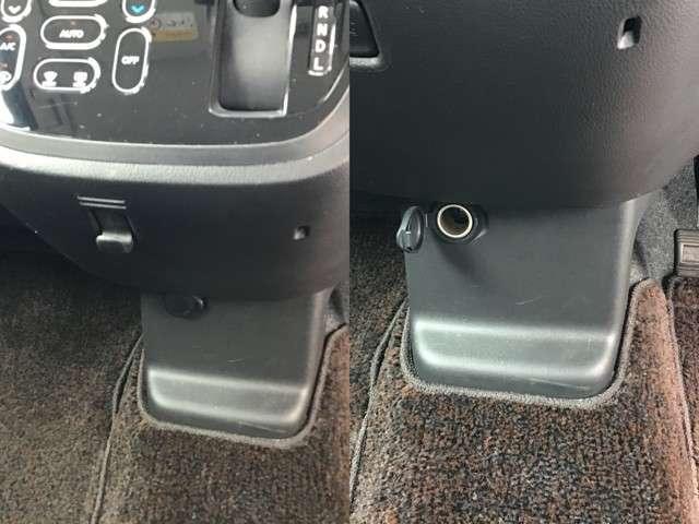 小さな買い物した際には、この買い物フックをご活用下さい。とても便利です。パワーアウトレットでは車内でのスマホなどの充電が可能です