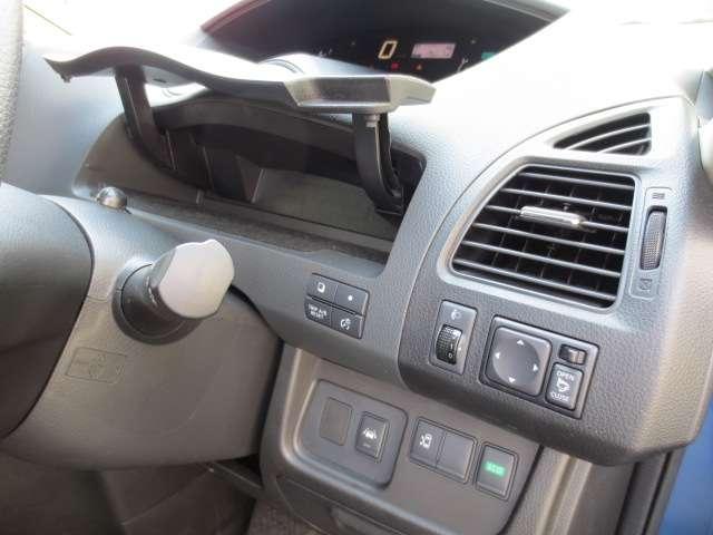 運転席の周辺にも、たくさんの収納スペースがあります。