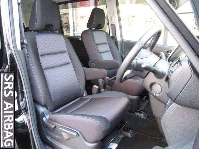 運転席前にUSB充電ポート付蓋付き収納。大容量のグローブボックスに、助手席前収納。引き出し式カップホルダーも装備。マルチセンターシートにはティッシュボックスも楽々収納。