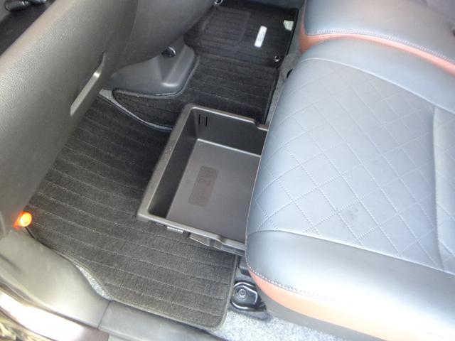 助手席下には収納BOXがあり便利ですね!