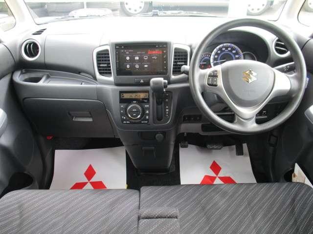 シフトをインパネに配置することで、前席の足元に広々とした空間を生み出しました。運転席から助手席へスムーズに移動することができます。