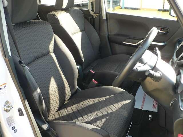 広くゆったりしたシートは、アームレスト付きで快適にドライブを楽しめます。