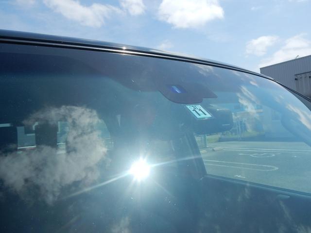 フロントガラスにあるレインライトセンサーとオートマチックハイビームカメラ★ワイパーの可動やヘッドライトの角度切り替えを自動で行う優れた装置です★