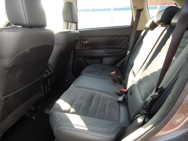 内装ももちろんクリーニング済☆キレイ・清潔に仕上がっています。リヤシートの足元も広く十分なスペースがございます。