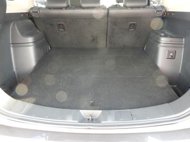 シートを格納した状態です。フラットに荷室が広がります。「AC100V電源1500W」スイッチがあるのでもしもの時の非常用電源に!