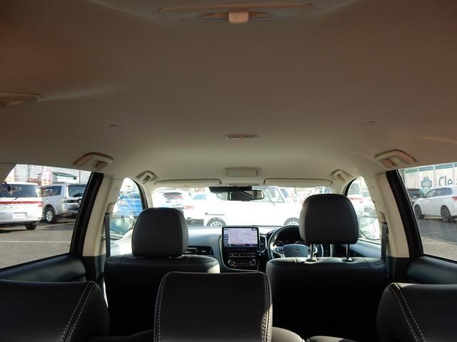 高〜い天井で車内もゆったり快適♪ルーム球は 前席、後部座席、ラゲッジスペースの計3個も付いているので明るく、荷物整理もしやすい◎
