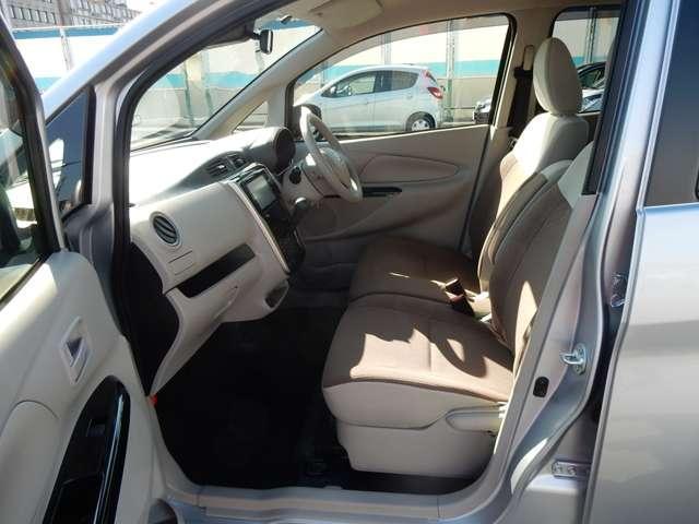 前席はベンチシートを採用☆座面や足元にゆとりがあるだけでなく、座席間の横移動もラクに行えますよ♪
