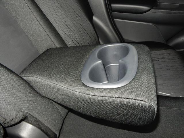 後席のアームレストにはカップホルダーが備え付けられています☆