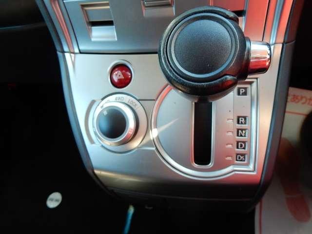 シフトレバー横のダイヤルを操作すれば、走行中でも駆動の切り替えが可能★適切な駆動を選択することは高い走破性を得られるだけでなく、燃費性能の向上にもつながります☆