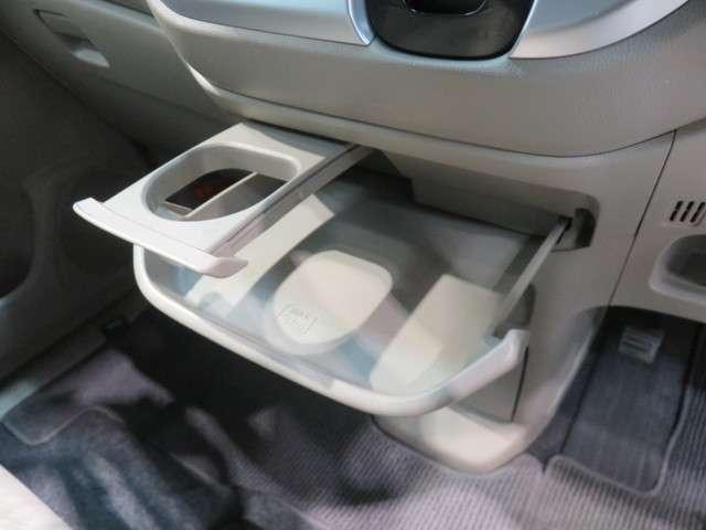 スライドセンタートレイ(ドリンクホルダー付)☆引き出して大きめトレイとして、しまったままでも小物置きとして、運転席からも助手席からも自在に使えるドリンクホルダー付のトレイ。
