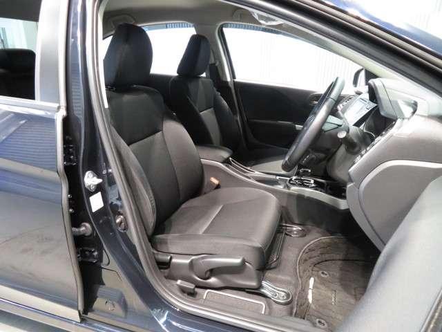 大きな座面と包み込むような背もたれが、ドライバーの身体をしっかり支えます。さらに、上質なシート素材と座り心地よいクッション。長時間の運転やコーナーの多い道も快適です。