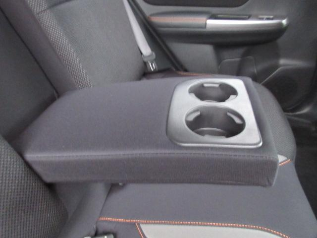 リヤシートセンターアームレスト 後席にも快適なドライブを提供する、リヤシート中央のアームレストです。カップホルダーがついています