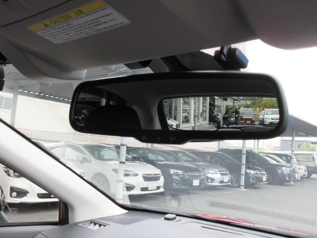 周囲の光や後続車のライトの眩しさを自動軽減する「自動防眩インナーミラー」装備