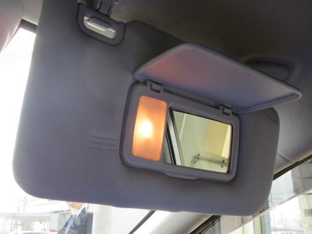 運転席サンバイザー 鏡がついていますので、コンタクトがはずれた時などに便利です。