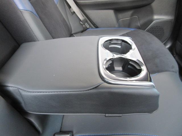 後部座席には、アームレストが装備されています。後席に同乗される方も、快適です。カップホルダーがついています。