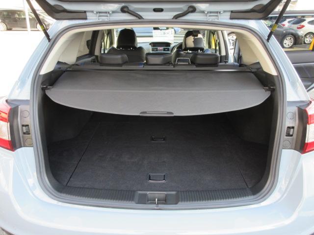 トノカバーは、荷物を隠して、防犯面にメリットをもたらすだけではなく、夜のドライブで荷物がリヤウインドウに写り込むのも防いでくれます。