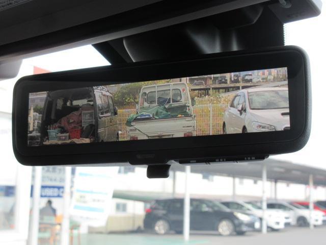 リヤゲートガラスの内側に取り付けられたカメラの映像を、ルームミラーに表示。乗員や荷物で後方視界が遮られてしまう時や、夕方や夜間・悪天候などで後方が見えにくくなる場合でも、安全な後方確認をサポートします