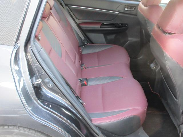 後席は、十分なヒザ回りを確保。本当に快適に、お乗り頂けます。乗り降りもしやすく、お年寄りや足の不自由な方でも、比較的楽に行えます。