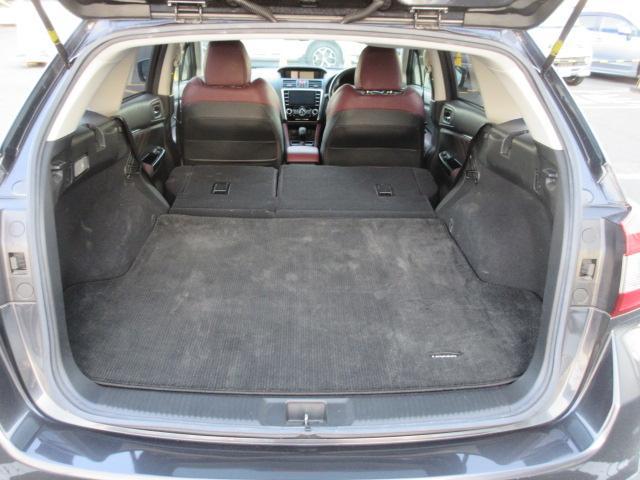 リヤシート背もたれを倒せば、釣り竿やシャフトの長いゴルフ道具やスノーボードを積み込むことが可能です。また、車中泊もできます。