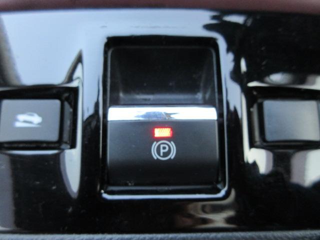電動パーキングブレーキ手引きのサイドブレーキや足踏みのパーキングブレーキとは違って、指一本で簡単に操作できるのがメリットです。