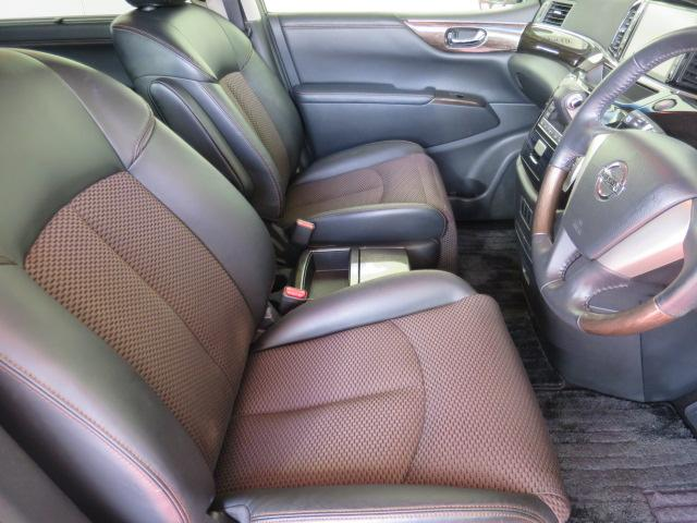 1オーナー車でとっても綺麗な内装はコンビレザーシートが高級感たっぷり!