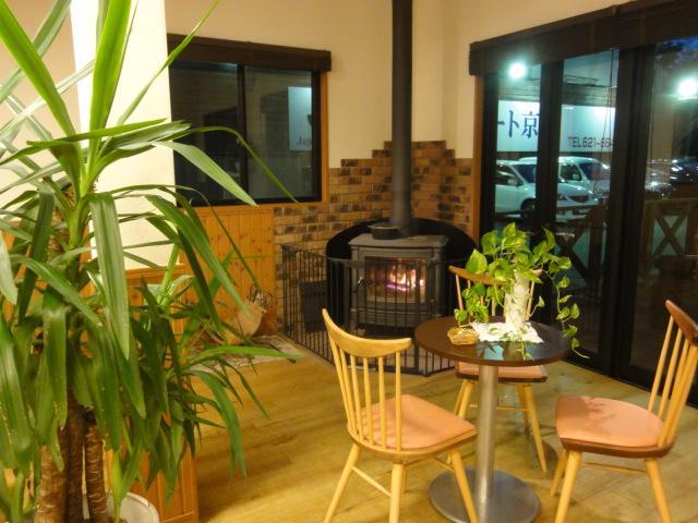 作業待ちの時間もカフェのような空間で、くつろぎながらお待ち頂けます。冬季は薪ストーブに火が灯り非日常的な空間を演出します!