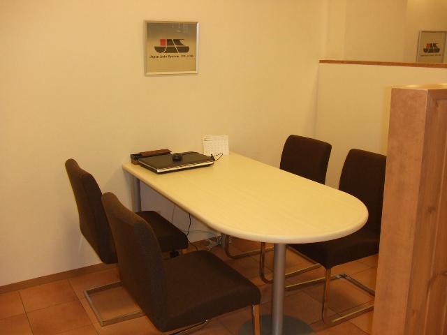 落ち着いた雰囲気で、ご商談させて頂きたいと思い、個室感覚の商談スペースをご用意しております。