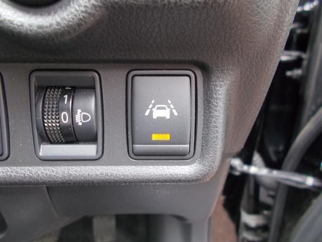 車線逸脱警報搭載!意図せず走行車線を逸脱しそうな場合、メーター内ディスプレイへの警告とブザーで注意喚起してくれます。