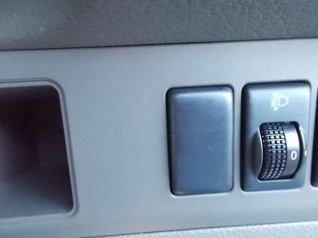 対向車にヘッドライトが眩しい時は、このスイッチで角度を調節できます。