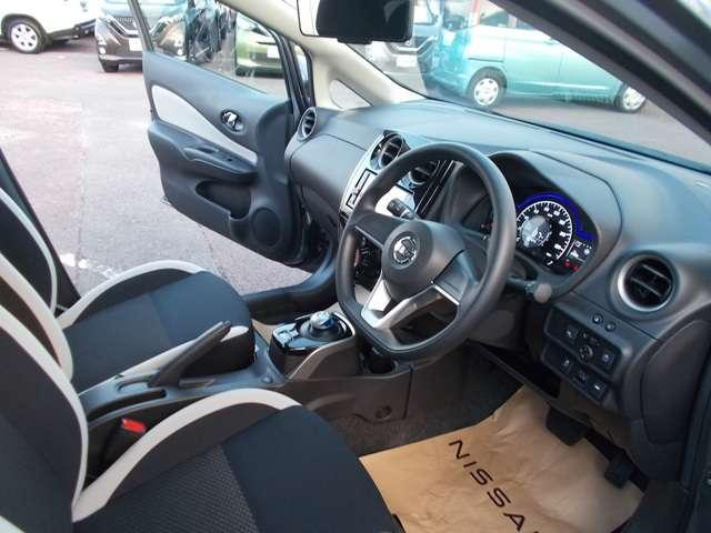 前席・後席とも大きく厚みのあるシートクッションでロングドライブも快適!