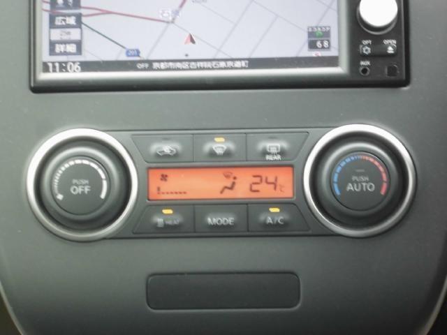オートエアコンです!設定温度などがモニターに大きく映し出されるので、見やすいですよ!