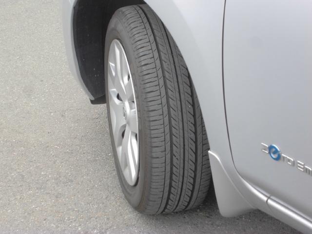 スタイリッシュなホィールキャップです、タイヤの溝も大丈夫です。