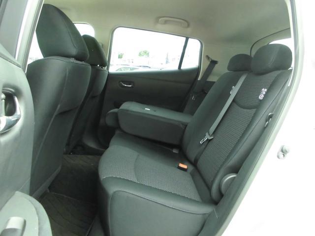 リヤシートは大きく、大人3人座れます