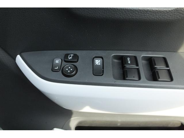 格納式電動ミラースイッチとパワーウインドスイッチが運転席側にあります。