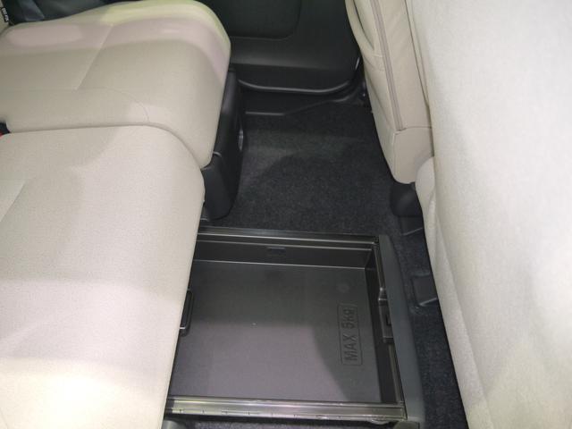 後部座席の足元にも収納できます!