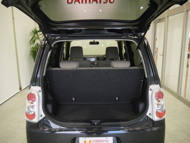 トランクはハッチバックスタイルで大きく開きます。