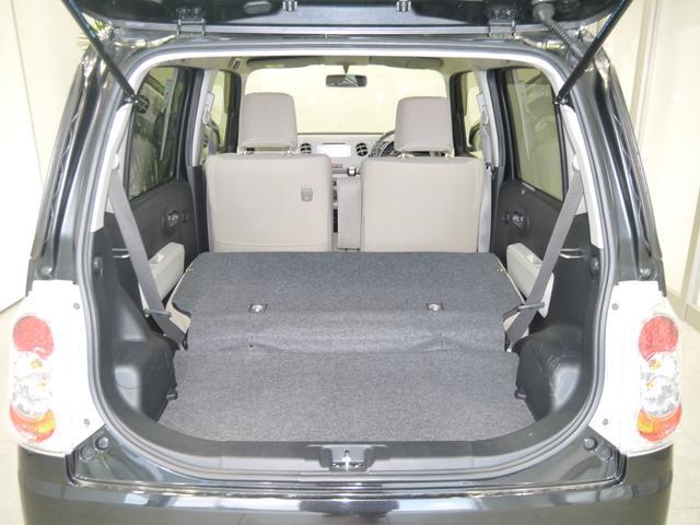 シートを倒すと大きなスペースが生まれます。スタッドレスタイヤを積み込んだりも余裕です。